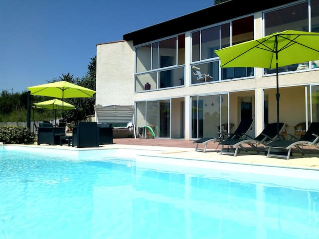 2 Bed Contemporary Poolside Apartment PRIVATE POOL