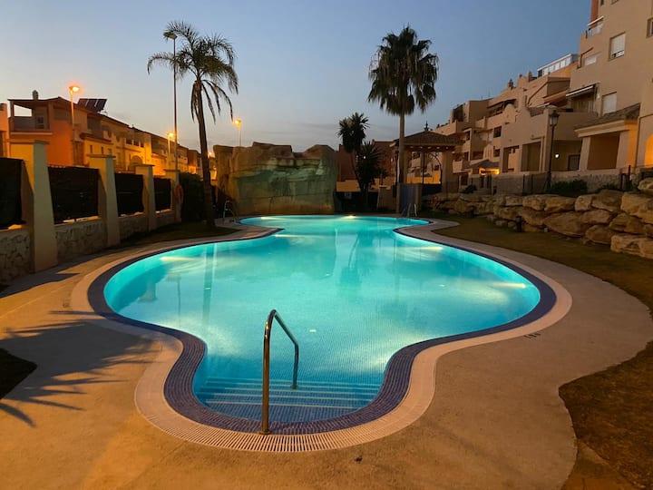Apartamento vacacional con piscina cerca del mar.