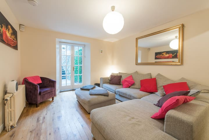 CHARMING 2BR LUXURY Garden Property in City centre