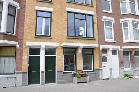 Private room in a modern, bright 2-story apartment, a very short walk -in a straight line- from Rotterdam Central Station! I live there myself, so I am usually home. The house was renewed in 2012. Modern and comfortable and close to everything!