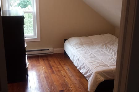 small room in a small 2 bedroom apartment - East Greenwich