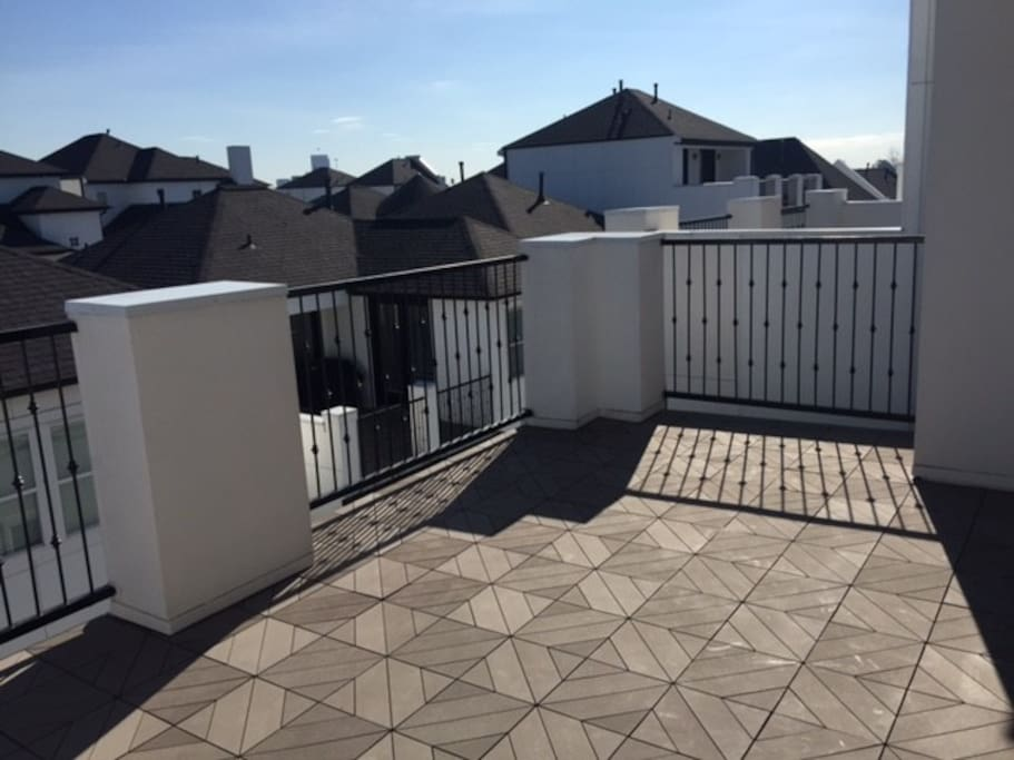 Fourth floor rooftop deck with views of downtown