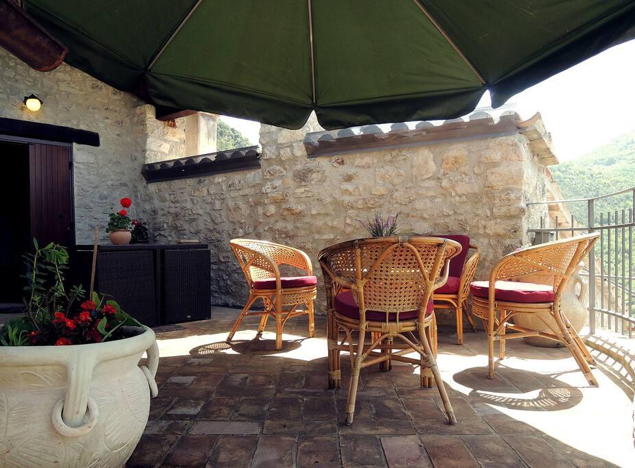 Terrazzo ZAFFIRO con tavolo da pranzo salotto e ombrellone