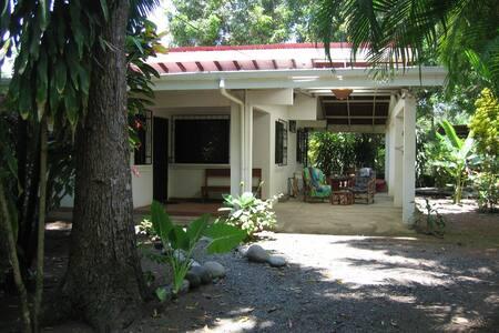 Beach house get-a-way - Esterillos Oeste - บ้าน