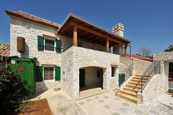 Steinhaus am Meer, Kroatien