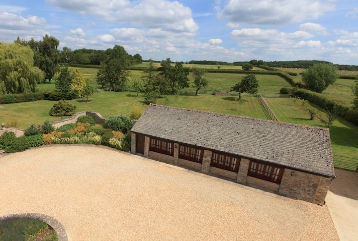 The Cotswold Manor Cottage, Hot Tub & Games Barn