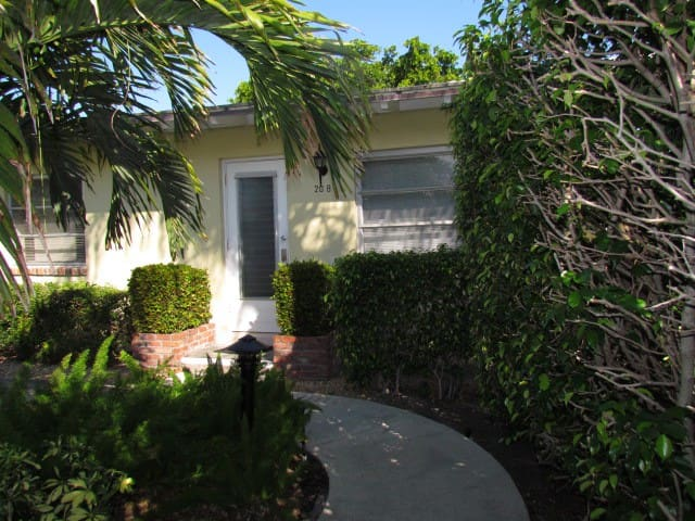 Steps to Beach and in the heart of Delray! - Delray Beach - Apartment