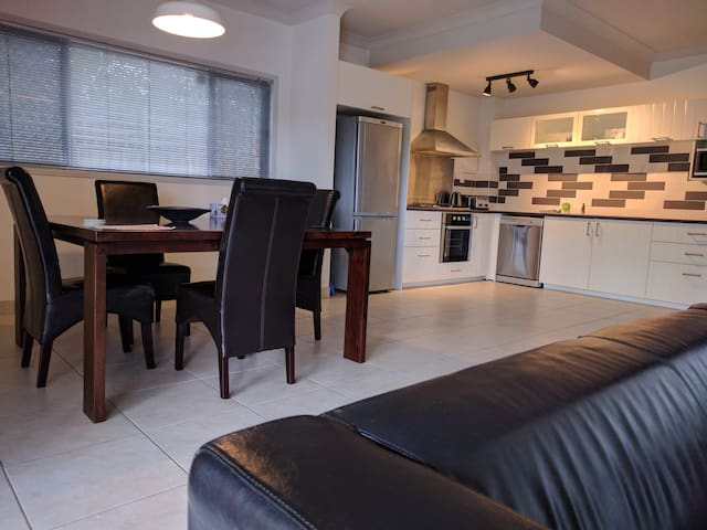 New 2 BR apartment/prime location - Wavell Heights - Apartemen