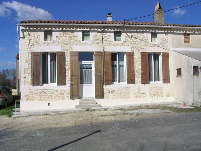 Petite maison campagnarde dans le Nord Gironde. - Saint-Ciers-sur-Gironde - Haus