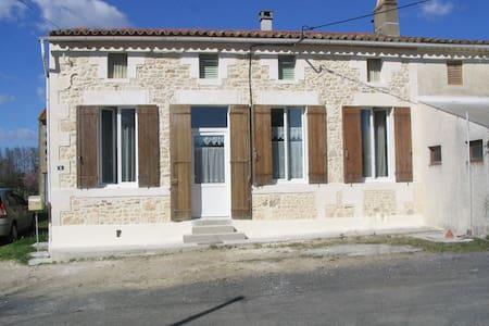 Petite maison campagnarde dans le Nord Gironde. - Saint-Ciers-sur-Gironde - Casa