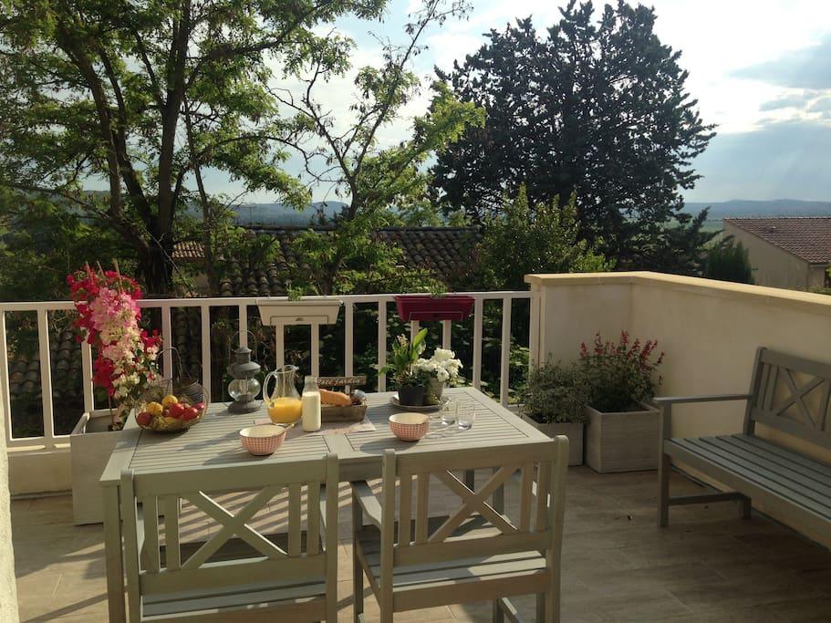 Terrasse au petit matin qui donne sur le Jardin avec le chant des oiseaux