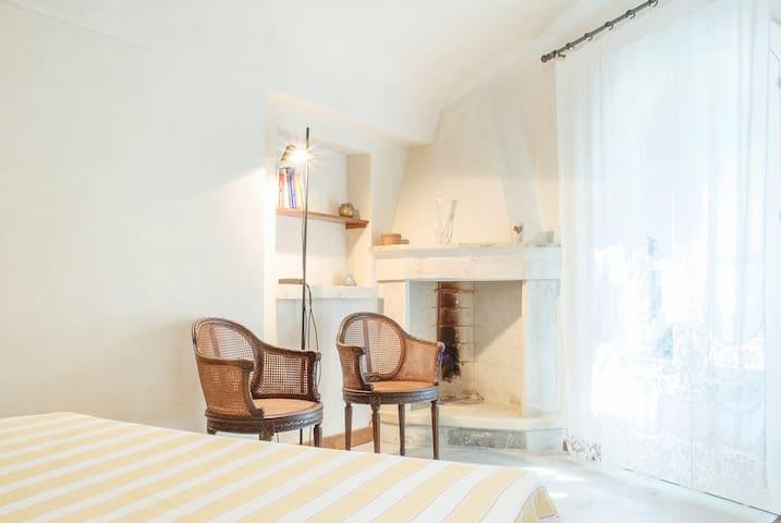 Angolo della camera da letto, con caminetto – A corner of the bedroom with the fireplace