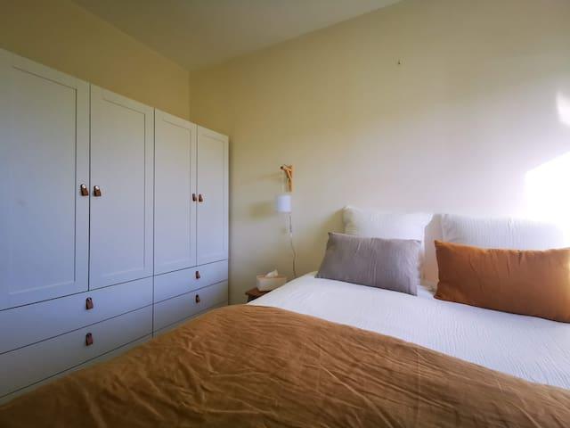 Chambre n°1 (chambre parentale), 1 lit double de 160 x 200 cm - Denise Surf House