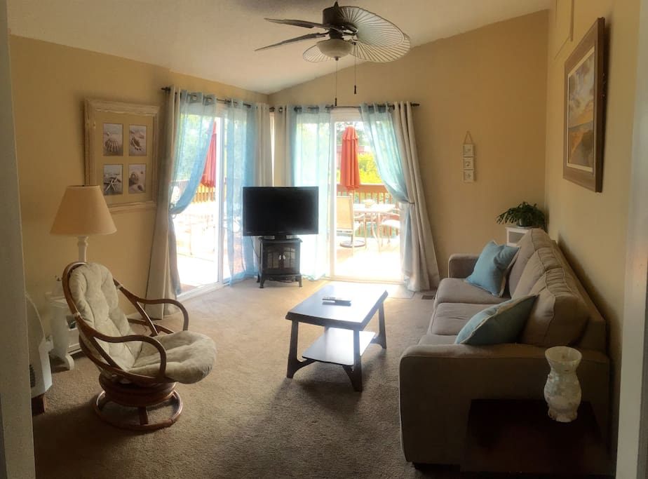 Spacious Carolina Room overlooking the Lake-enjoy the view and the wildlife!
