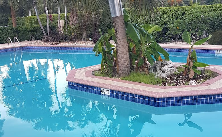 Seven Mile Beach, Plantation Vlg, 2 bedroom 2 bath