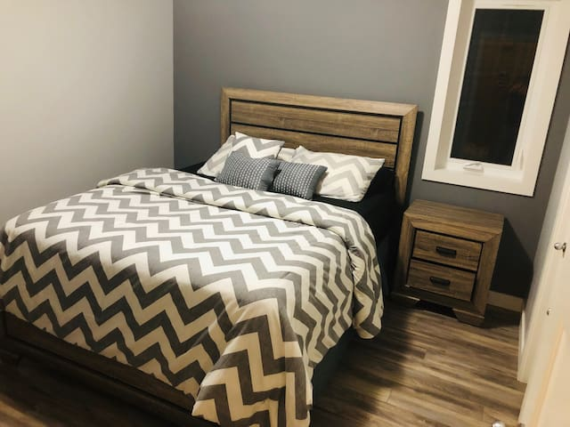 1 Private Bedroom, 5 mins from Airport and Highway