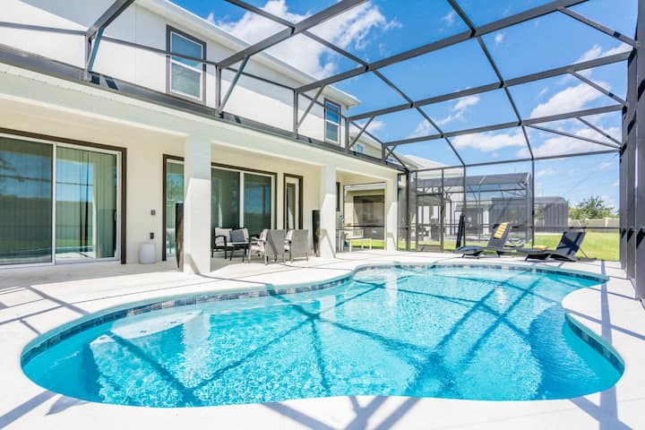 Magnificent Single Home with Private Pool and Game Room SO2601