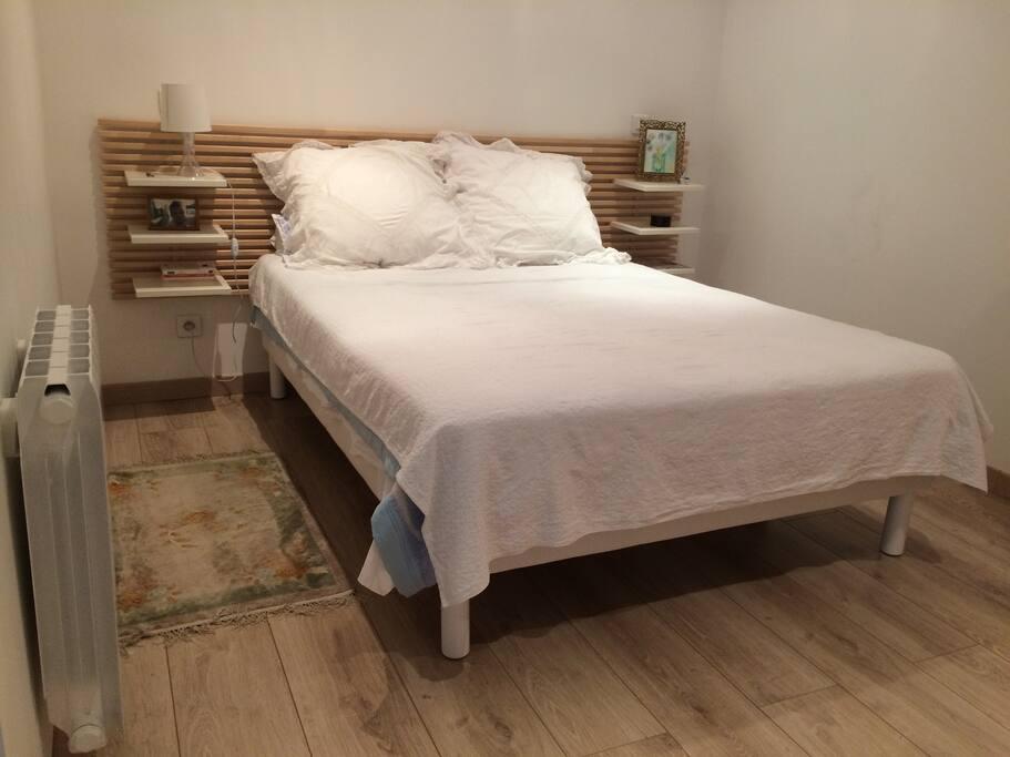 chambre avec lit double (matelas très confortable)