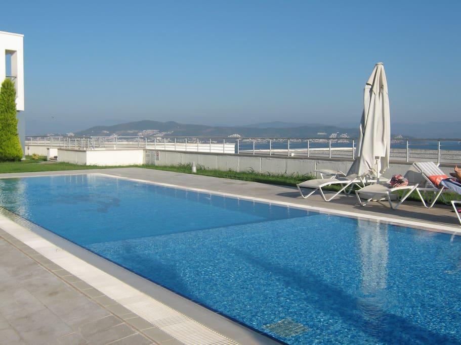 An upper deck swimming pool.