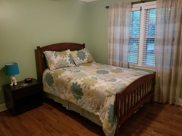 Quiet, East Side 1 Bedroom - Athens - House