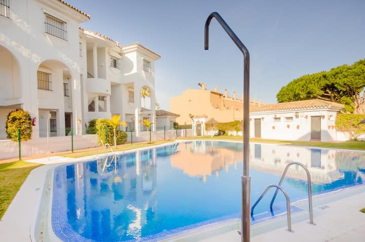 Terraza y piscina a 300m de la playa