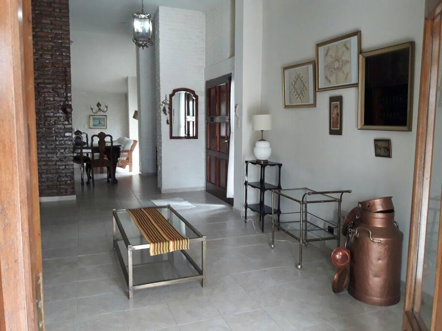 Sala que comunica a la derecha con el living comedor y a la izquierda con la terraza