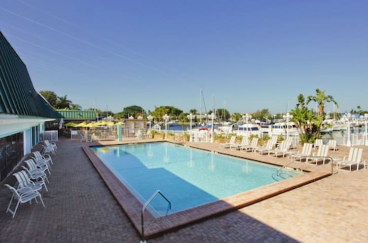 King bed suite! Pool & Gym w/ Bay access