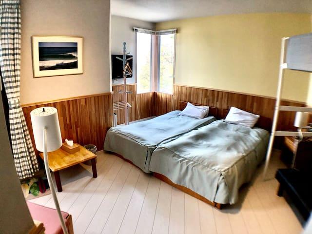 広々としたお部屋には2ベッド+ソファーベッド+ロフトベットで最大4名様迄のご利用が可能。ユニットバス、ウォシュレット、海一望のベランダ付きのお部屋です。2020年8月、リフレッシュオープン!