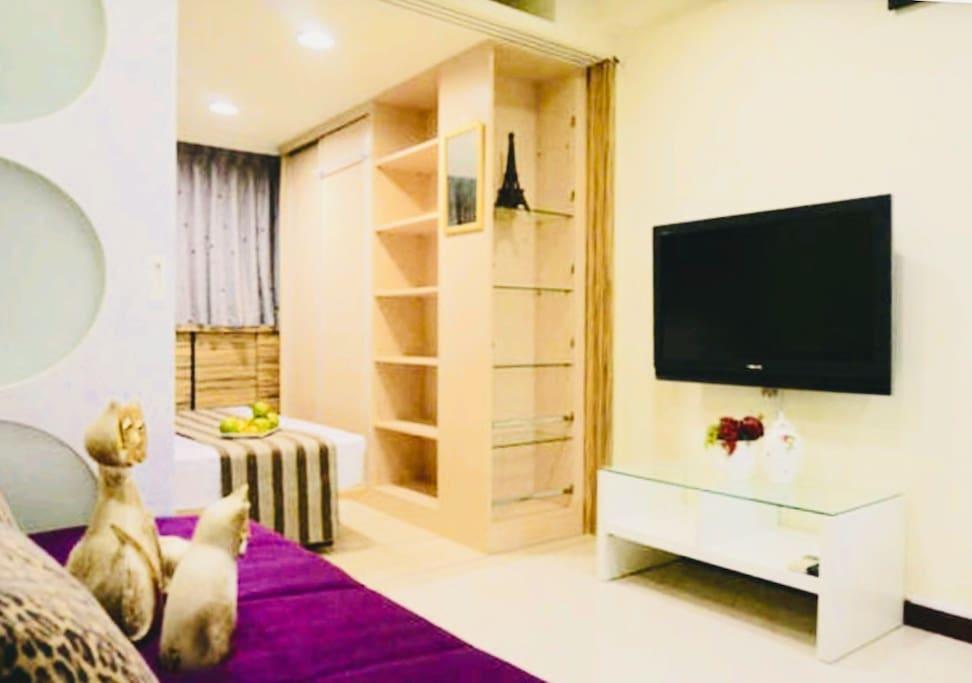-豪華歐風-房源如照片所示 一間房有標準雙人床門可鎖, 一間客廳房有張法國進口專業的3人座大沙發床~備有床墊可增加睡床舒服度,並特聘設計師在採光上設計三片原木鑲噴紗玻璃柔美造型隔間拉牆,白天可打開拉牆讓陽光充足,空氣流通, 晚上睡覺時我們可將 活動式原木拉牆拉出(可鎖)完全自由隔成隱密的獨立 2房 (空間可完全靈活使用) 並有乾淨的乾濕分離先進恆溫數位化電熱水器可讓貴賓洗個暢快的澡放鬆身心甜蜜入眠!高貴不貴!