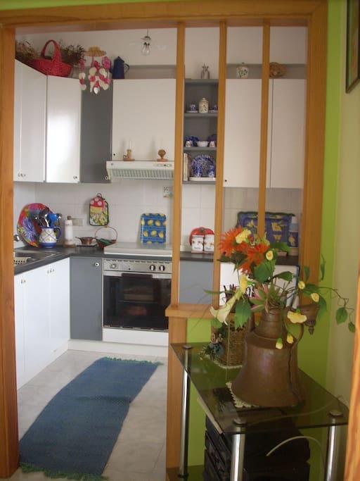 Cucina (separata) vista dal soggiorno.