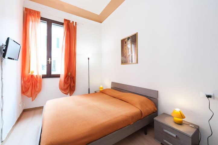"""The orange kiss"" room in centre"