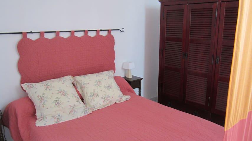 Chambre avec lit 140  et armoire