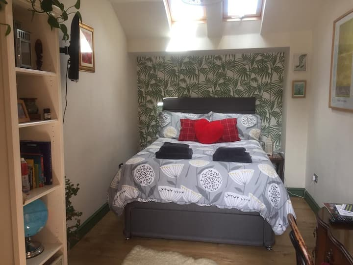 Cosy self contained double room with own wet room