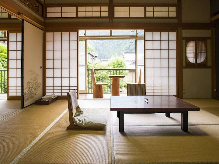 Retro Japanese-style room(8->50 tatami mats)+meals