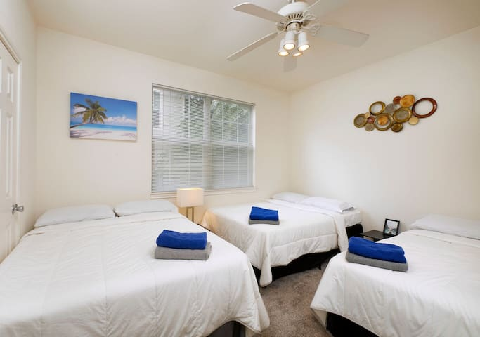 ~PRIVATE ROOM SHARED BATH 3 QUEEN BEDS, FREE PRKNG