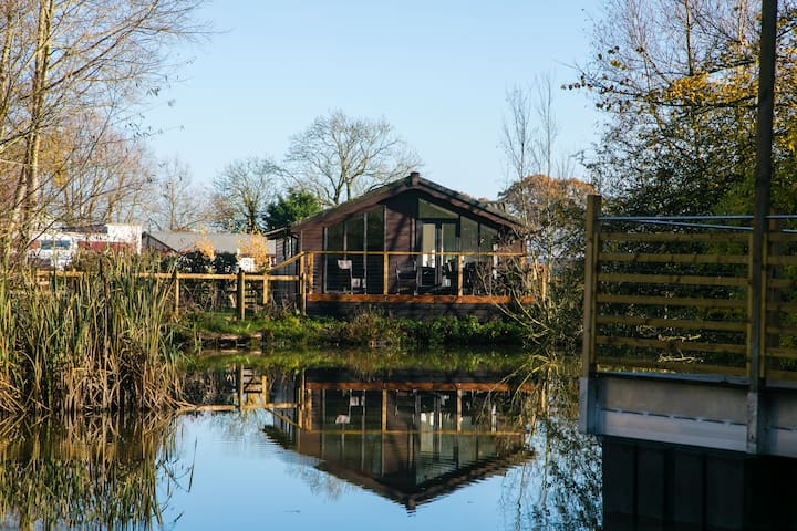 Luxury Lakeside Lodge BARNACLE near Longleat