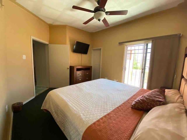 Planta alta.  Amplia recámara principal con un amplio baño privado y vestidor.  Abanico de techo y tv 42' Netflix's y cable. Hermosa vista con balcón.