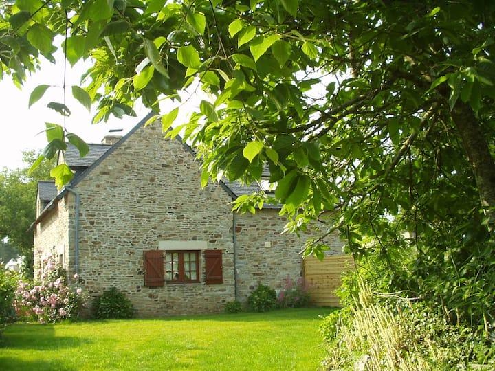 jolie maison en pierres près du Golfe du Morbihan.