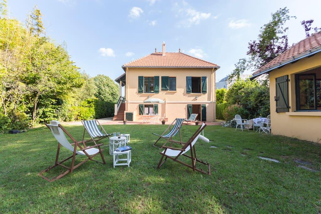 Villa bourgeoise avec grand jardin maisons louer la for Jardin 600m2