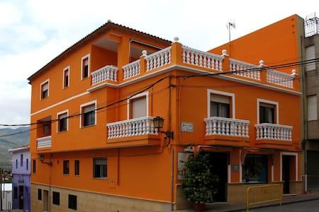 Bonita y amplia casa de pueblo - Orba - House