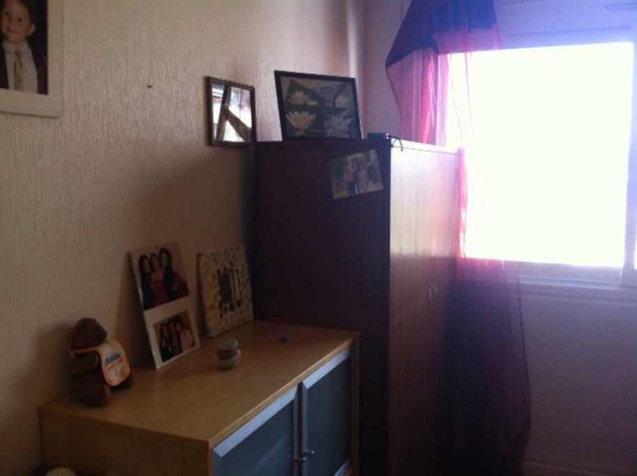 Chambre comprenant  1 lit 2 places 1 bureau, 1 armoire et une commande à disposistion