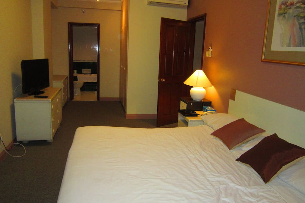 spacious ensuite room with kingsize bed and clean, cosy bathroom(2)