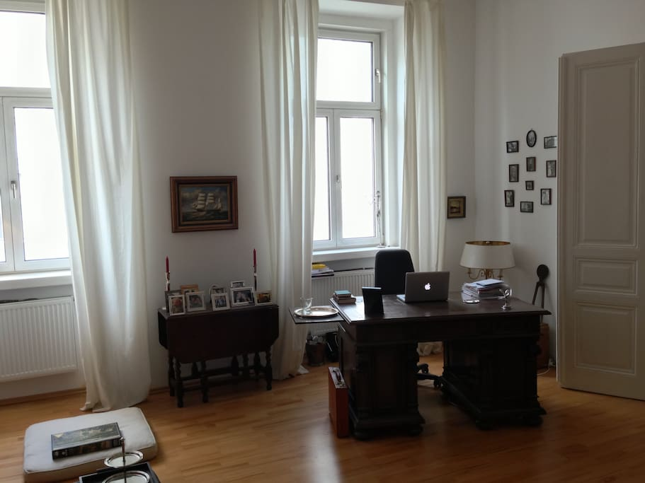 Livingroom 2 with desk