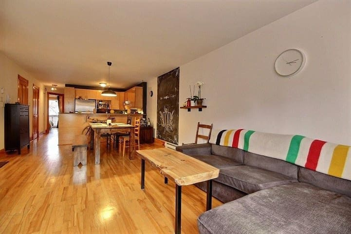 Sunny Central Apartment: Metro, Bars, Groceries