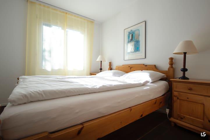 Schlafzimmer mit Fenster Richtung Westen