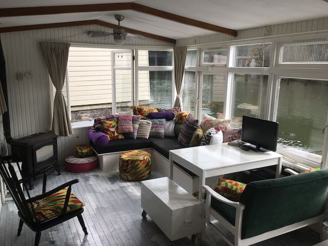 Cozy houseboat in great location in Amsterdam
