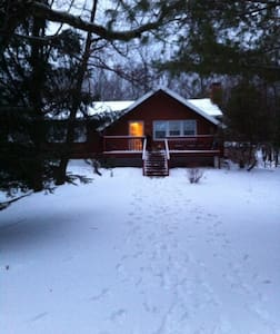 Fun Howard Red Cabin will sleep up to 10 - Albrightsville - Casa