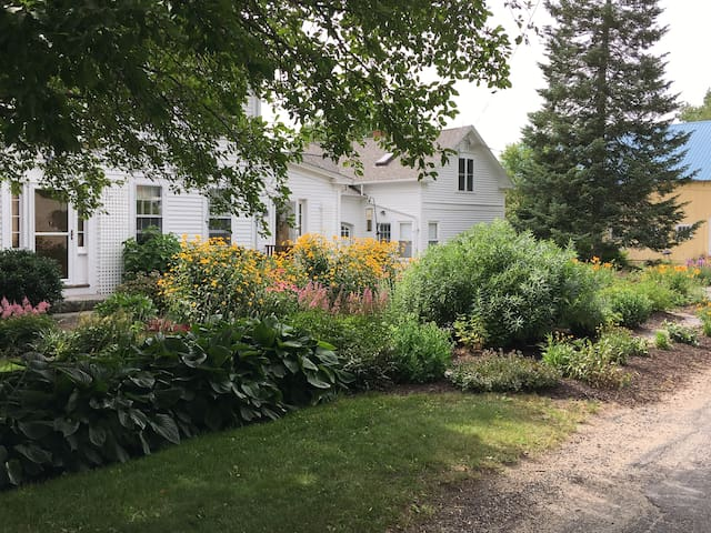 comfortable carriage house - country setting
