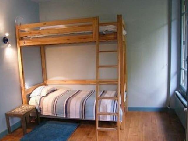 chambre RC 1 lit double et 2 lits simples superposés