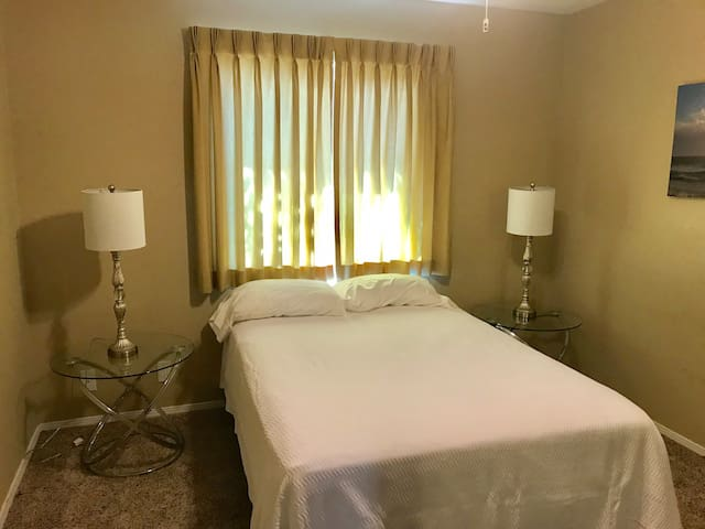 Arlington -Private bedroom/ minutes from the beach